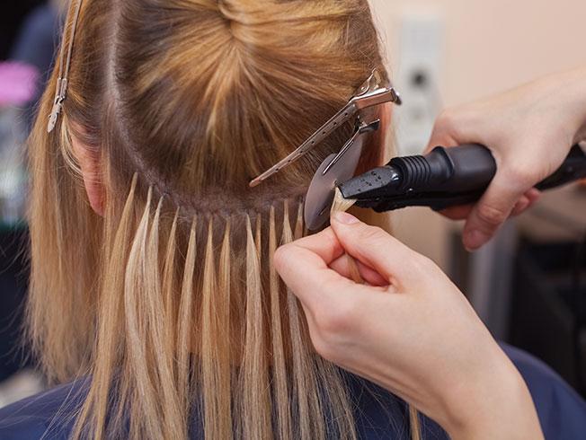 Mujer extensiones de cabello con grapas flor esilista