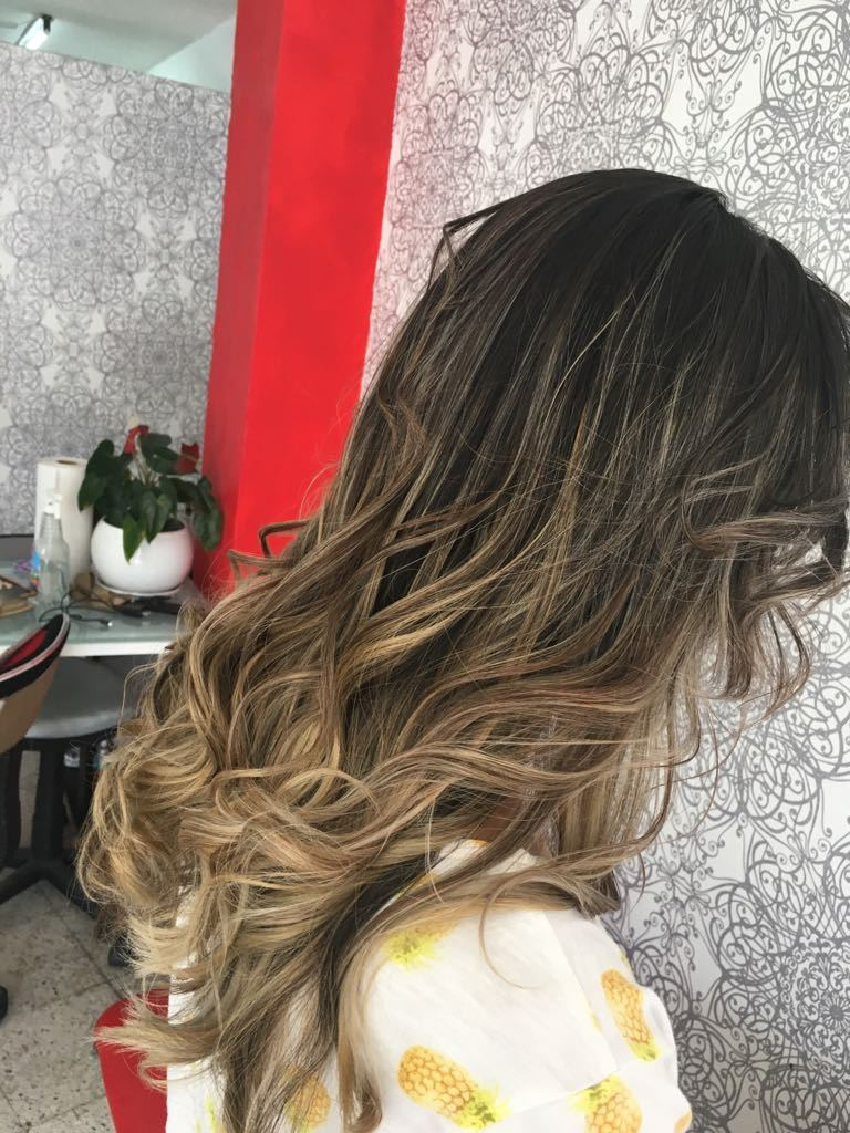Mujer mechas balayage tinte, en salon de belleza flor estilista slp